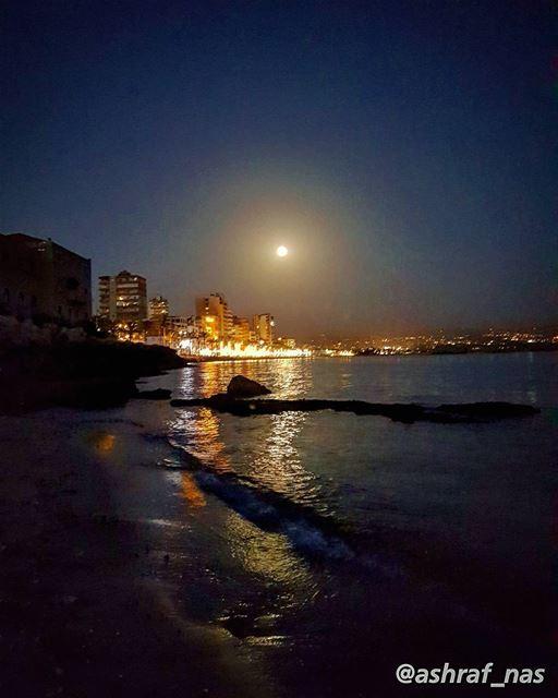 ذاكرٌ ليلَ هُناقُلْتَ أين القمرُ...جاء حتّى بابِناقمرٌ يعتذِرُ...... (Tyre, Lebanon)