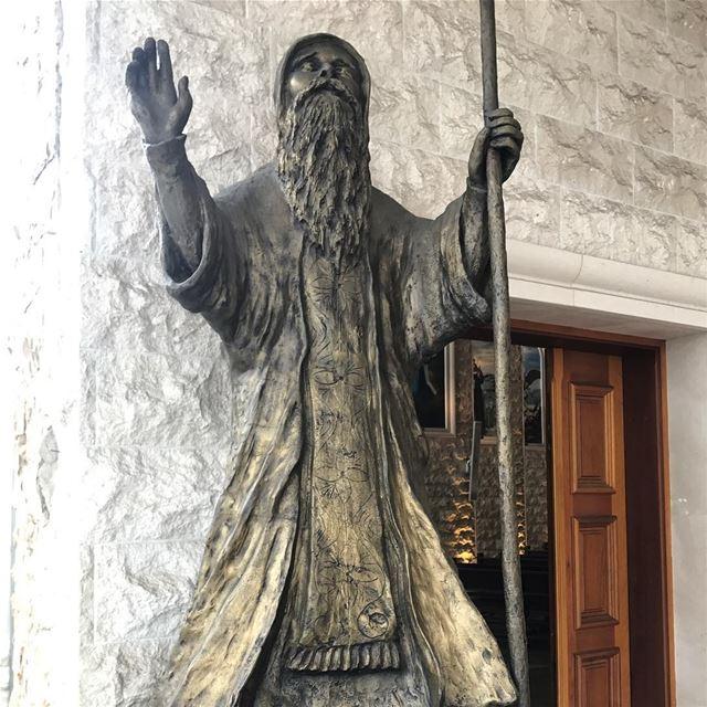 🇱🇧🇧🇷 Estátua de São Maron, fundador da Igreja Maronita, na entrada da... (Igreja Nossa Senhora do Líbano)