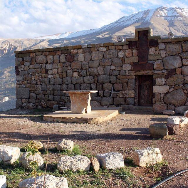 🇱🇧 Uma pequena e antiquíssima igreja de pedra nas montanhas do Vale... (Kadisha Valley)