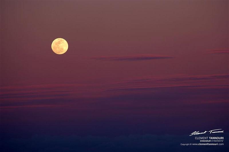 """""""Qui recherche la lune, ne voit pas les étoiles."""" 🌕 livelovelebanon ... (Zahlé, Lebanon)"""