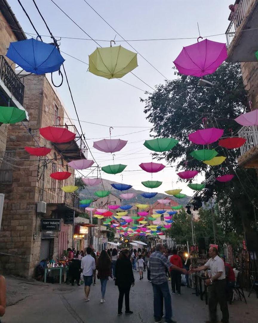 Rua decorada no vilarejo de Hasroun, fotografada por @jimjim2984. Hasroun... (Hasroun)