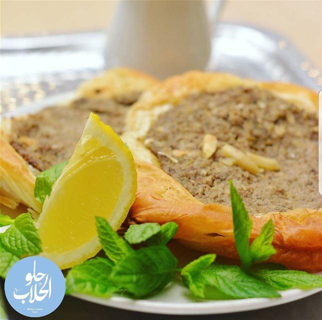 الصفيحة الطرابلسية 😍😄 مع دبس الرمان ولا أطيب من هيك 👌 لحمةبعجين ------- (Abed Ghazi Hallab Sweets)