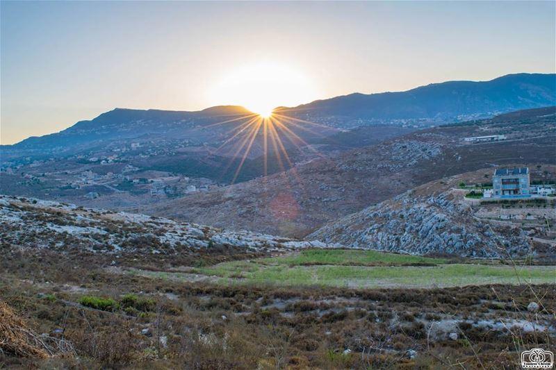 من هنا من إقليم التفاح تشرق الشمس 🌞 sunrise sunriselebanon ... (Deir Al Zehrane)