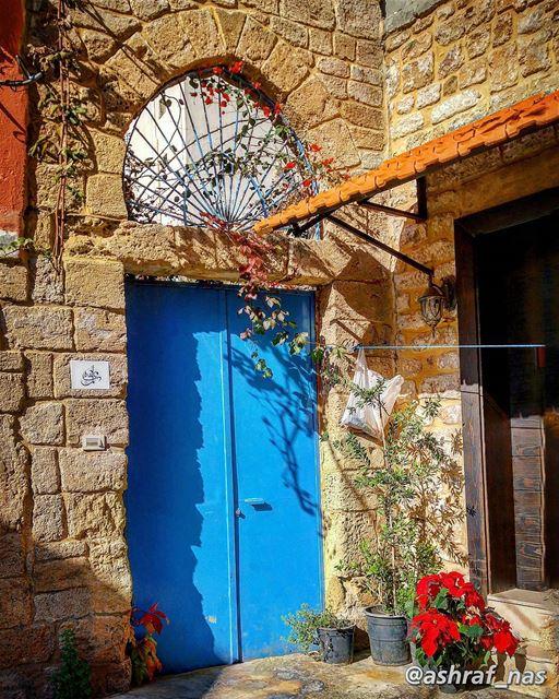 طلّ وسألني إذا نيسان دقّ البابخبّيت وجّي وطار البيت فيّي وغاب...حبّيت إفت (Tyre, Lebanon)