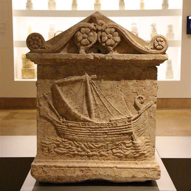 🇱🇧 Relevo de um barco fenício em um sarcófago exposto no Museu Nacional... (National Museum of Beirut)
