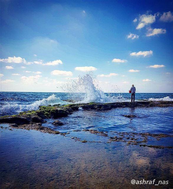 الموجُ الأزرقُ في عينيكيُجرجِرُني نحوَ الأعمق...وأنا ما عندي تجربةٌفي ال (Tyre, Lebanon)