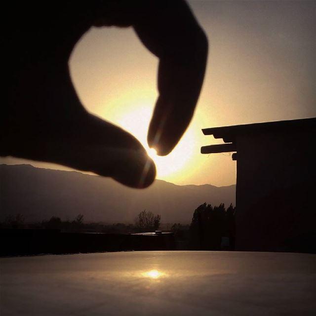 Ouch I'm holding the sun!! haha sun Sunset photographer photography ...