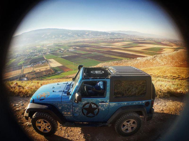 الواقِفُون على قِمة جَبل، لَم يَسقطوا من السمَاء هُنَاك. jeep jeepjk ... (Bekaa)