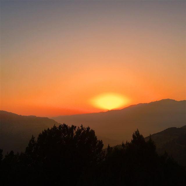A brilliant Sunset from Jabal Mnaitra! looking towards Qartaba (just below... (Jabal el Mnaïtra)
