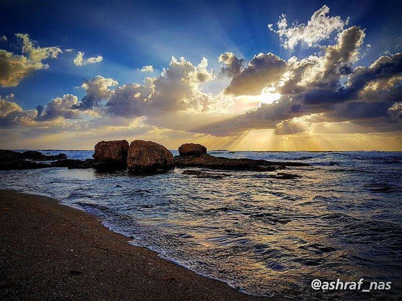 مشلوحة على بحر النسيانفارقني النوم وكل شي كان...وجك ما كان يفارقنيوجرب ا (Tyre, Lebanon)