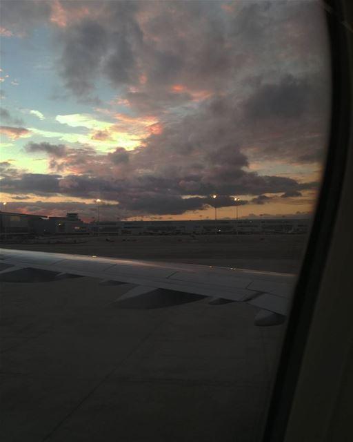 Ça fait du bien de retrouver le ciel rose de mon plat pays 🛬🌇 🇧🇪 ... (Brussels Airport)