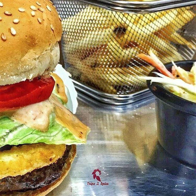 Burger is my bestfriend 🍟 🍔.----------------------------📍 @jayssportsd
