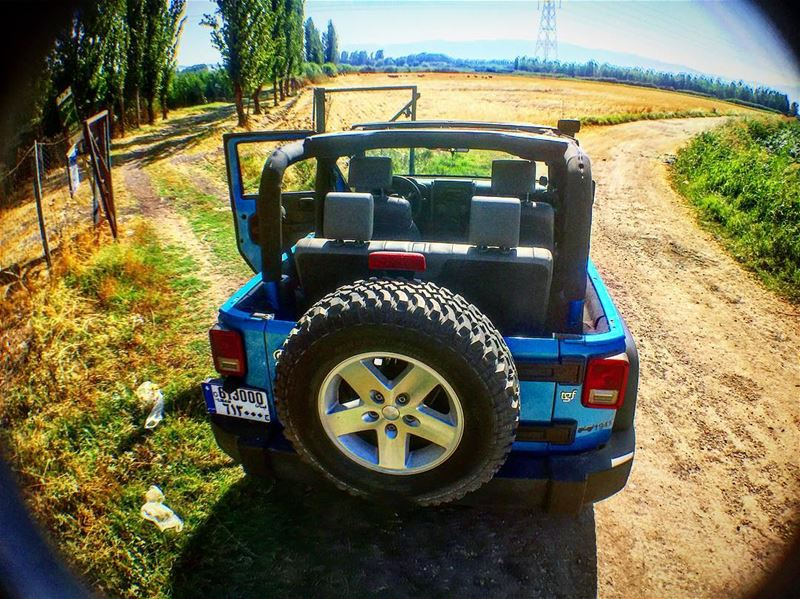 TopLess life.. Blue skies. Friday @seven_slot_battalion jeep jeepjk ... (Kafr Zabad, Béqaa, Lebanon)