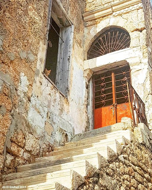 tb  old  house  lebanese  arch  traditional  southlebanon  cat  colorful ... (Tyre, Lebanon)
