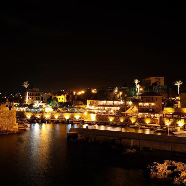 🇱🇧 Antigo porto de Byblos à noite. Foi nesta região que floresceu a... (Port Byblos)