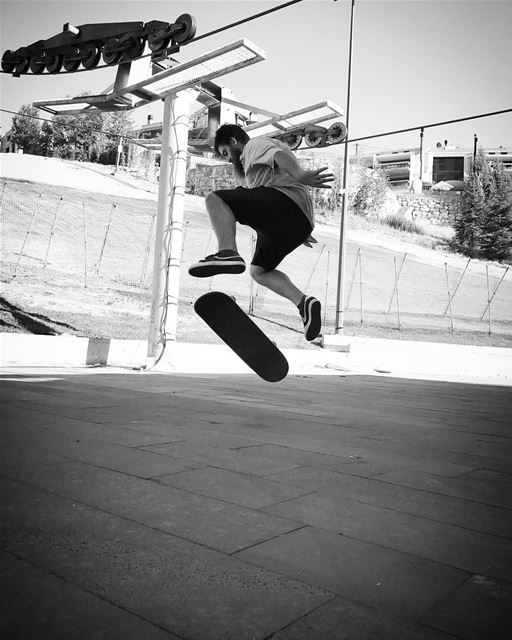 Oh shit... skateboarding skateboarding skatefam photooftheday bnw ... (Faqra Club)