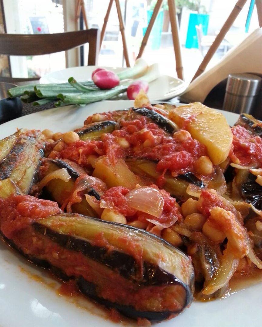 Lunch Alert!! مسقعة باذنجان و كفتا وبطاطا. It's always colorful at Em's 😊... (Em's cuisine)