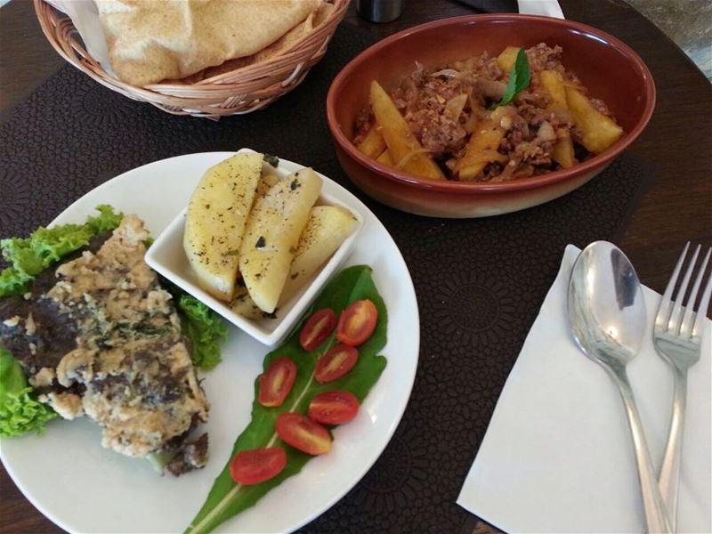 What's for lunch hungryfoodies? Today's Menuكفتا بطحينة مفركة بطاطا و لح (Em's cuisine)