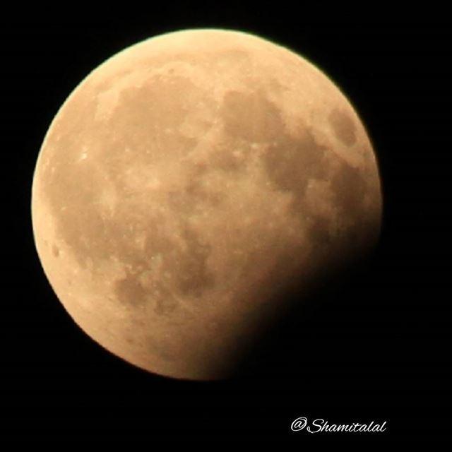 القمر المخسوف ..... تصويري عدستي لبنان بيروت الامارات الشارقة د (Sharjah)