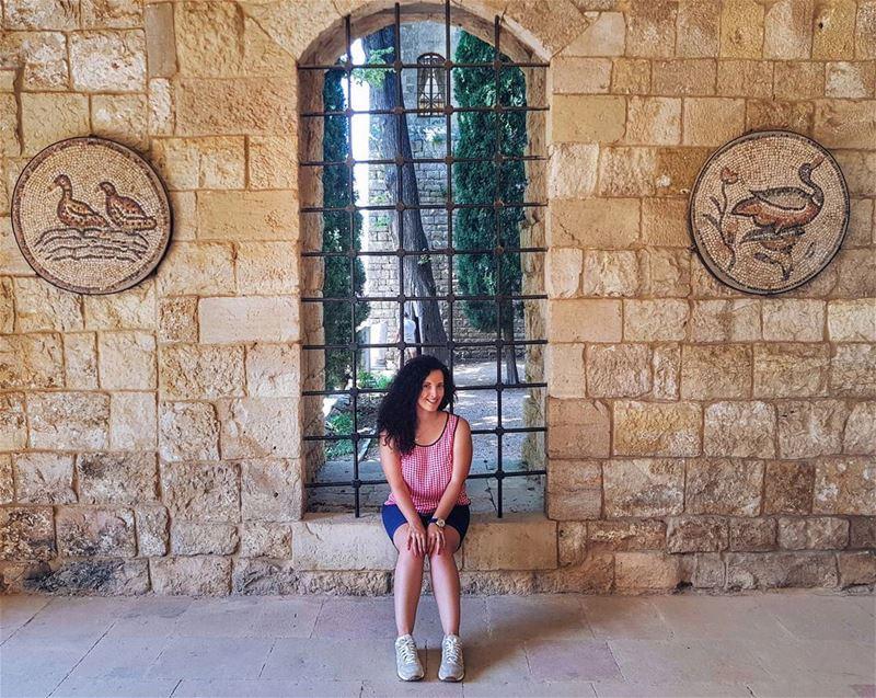 В эфире жаркий ливанский август ☀️. Я смотрю на панораму моря из окна и пре