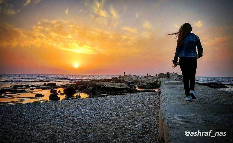 يا حبيبي وبحبك ع طريق غياببمدى لا بيت يخبينا ولا باب...خوفي للباب يتسكر ش (Tyre, Lebanon)