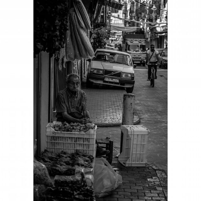 bnw blackandwhite street photography man sidewalk vegetables ...