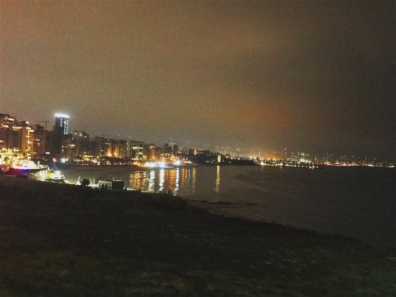 Beirut at night light reflection on water in love 🙌🏻 (Ramlat Al Bayda', Beyrouth, Lebanon)