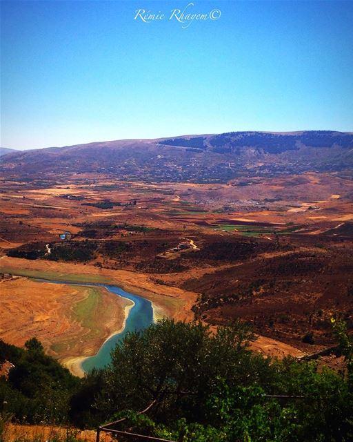~🎶Moi, je vis d'amour et de rire, je vis comme si y avait rien à dire, j' (Qaraaoun, Béqaa, Lebanon)