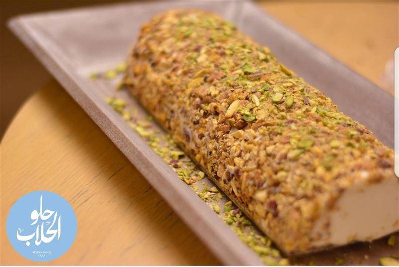 Ice cream ashta ? بوظة قشطة دق مع فستق حلبي بوظةقشطة 😍👍😃------------- (Abed Ghazi Hallab Sweets)