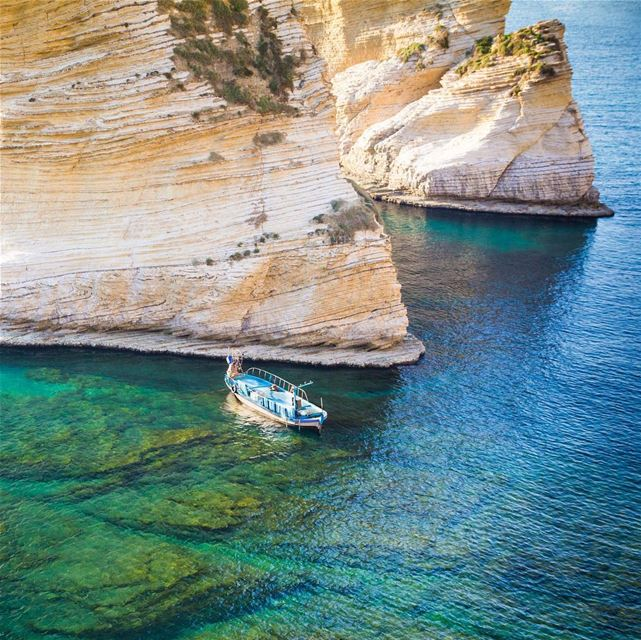🇱🇧 Raouche é principalmente famosa pelas Pigeon Rocks, a dupla de rochas... (Beirut, Lebanon)