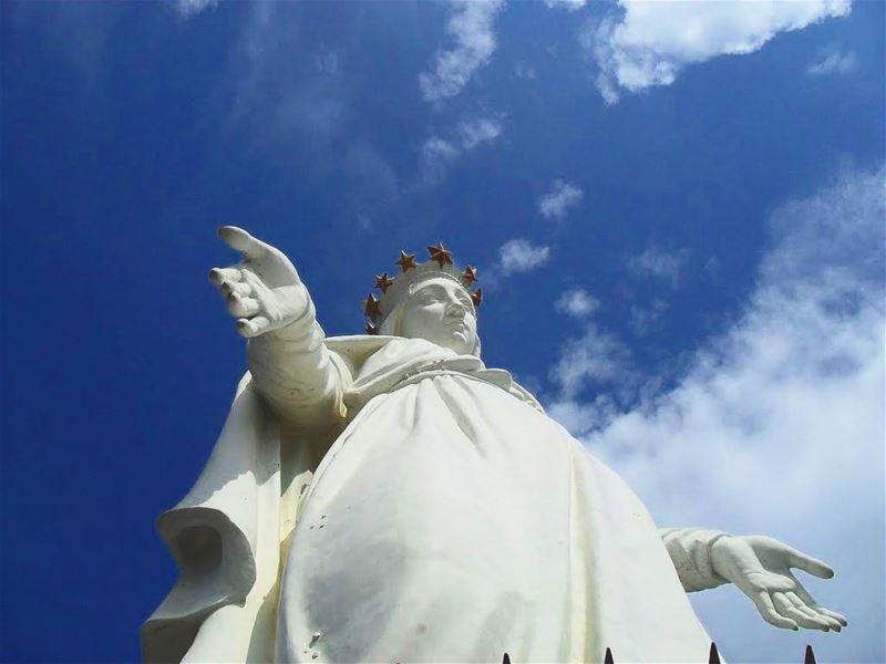 مريمُ العذراءْ نَسْمَةُ الأَرْجاءْ، يا نَجمًا ظَهَرْ فَوْقَ الشَمْسِ وَالق (سيدة لبنان حريصا)