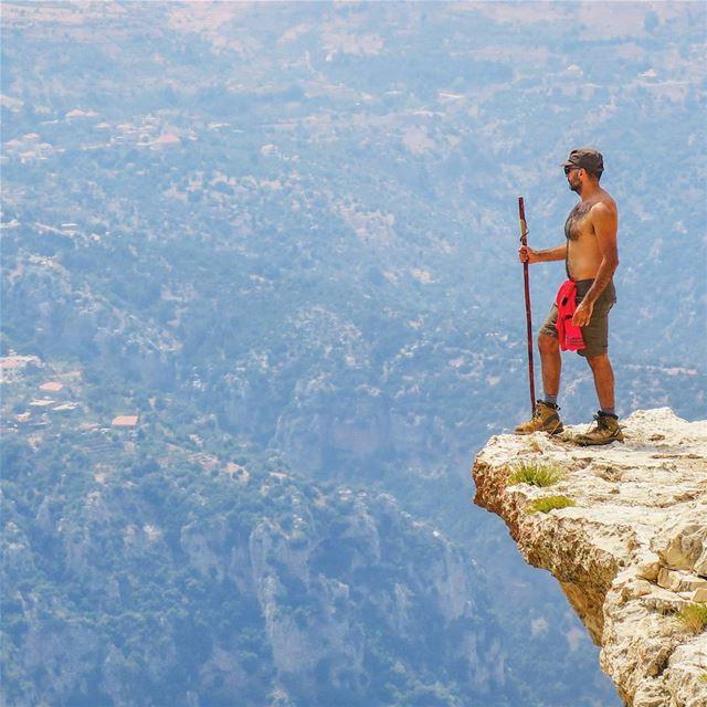 إِنْجويِنْچ شفير الهاوية hike Cliff rock deep valley mountains ...