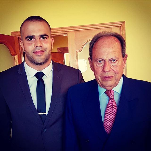 في نظر العالم انت فخامة الرئيس وفي نظرنا أنت العالمفخامة القائد العماد الر (Baabda)