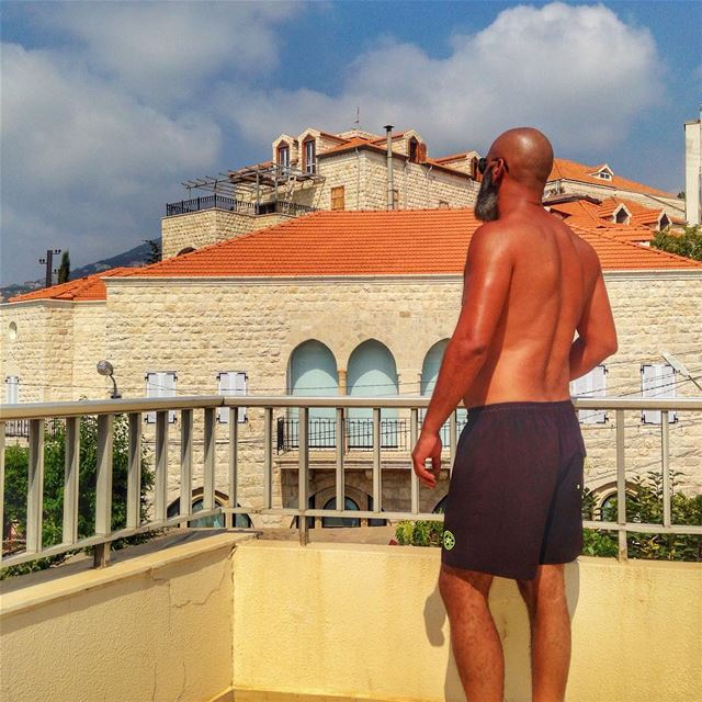 قد يعيش الإنسان في بلد منذ الخروج من الرحم وحتى الولوج في اللحد ، ولكنه يبق (Ghazir, Mont-Liban, Lebanon)