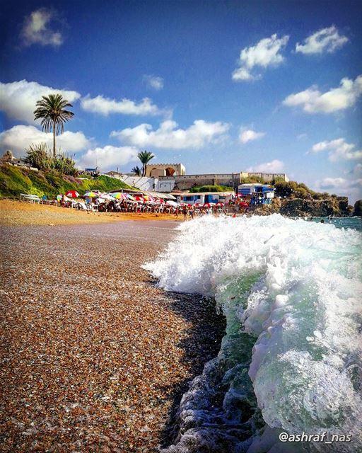 يا من تتنزّه فوق البر، وجسمي تمضغه الأنواءإنّي في الماء، وصوتك يأتيني من ت (Tyre, Lebanon)