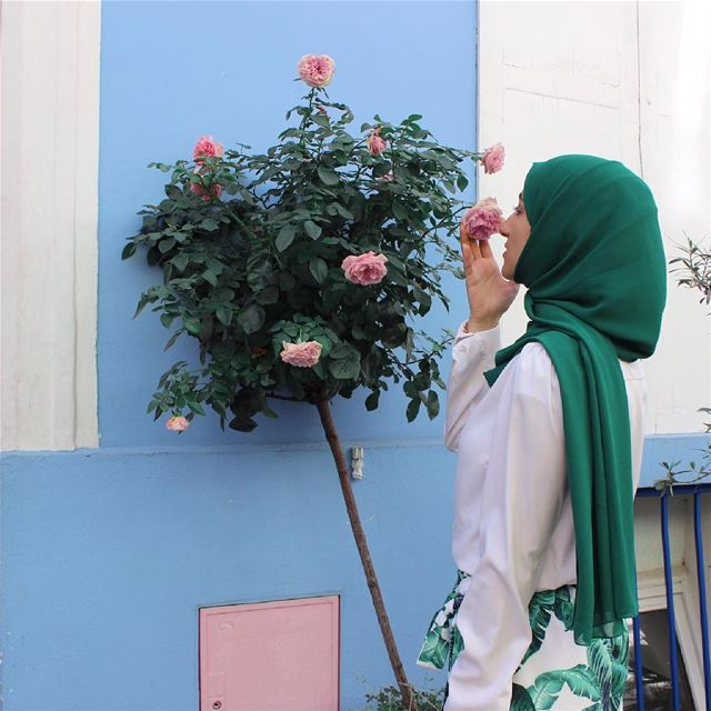 Stop and smell the 🌹 bon weekend à tous! .... . bawal  hijabi ... (Rue Crémieux)