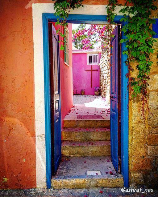 درج الورد مدخل بيتنادرج الورد جنّة حمانا...وبين الورد طاير بيتناوتحت الو (Tyre, Lebanon)