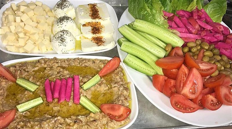 Lebanese morning ❤️ lebanesebreakfast فول cheese tomatoes لبنه التروي (Lac de l'Achigan)