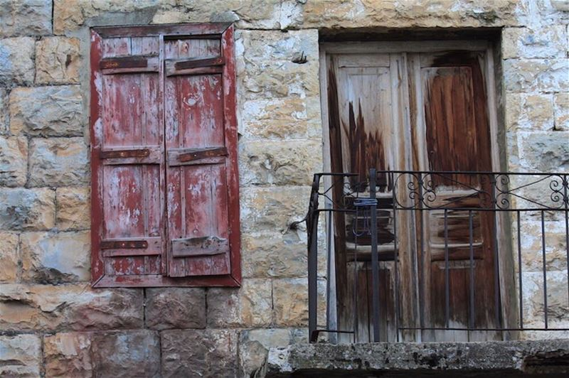 Would you live in a house like this? Checking out the traditional... (Douma, Liban-Nord, Lebanon)