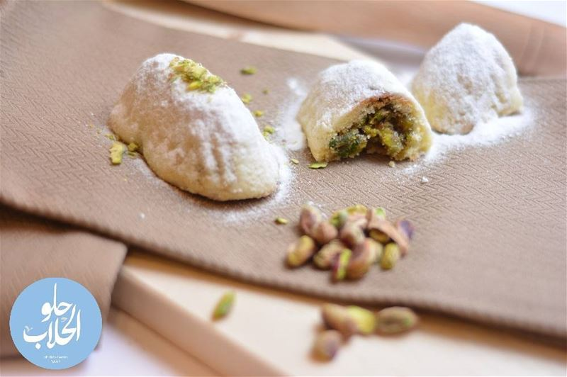 معمول العيد على البواب 😍😋 ولا أطيب من هيك👌 😍🤗😄😋 معمول_فستق حلو_الح (Abed Ghazi Hallab Sweets)