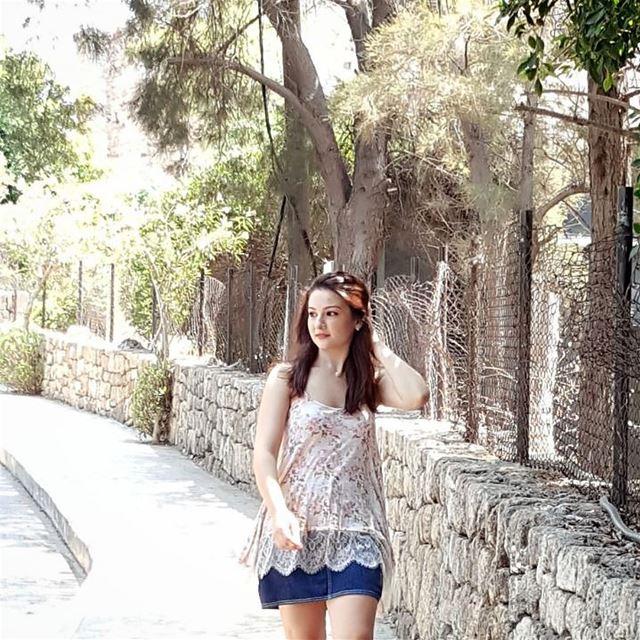 لما_بمشي_عالرصيف 🎶🎵🎶😄_____________________________ walking byblos ... (Byblos, Lebanon)