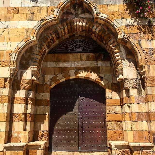 Anyone home? architecture door chouf livelivechouf carsoflebanon ... (Deïr El Qamar, Mont-Liban, Lebanon)