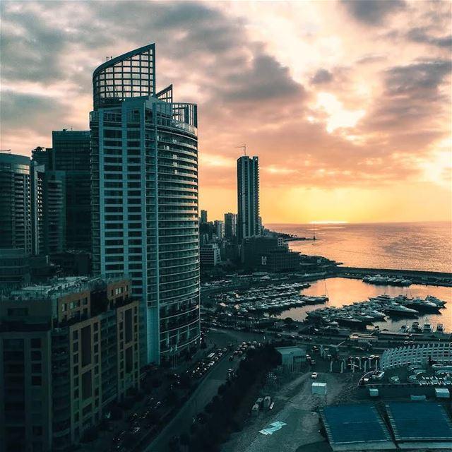 Obrigado @rabz84 por enviar esta bela foto do pôr do sol em Beirute! 🇱🇧... (Zaitunay Bay)