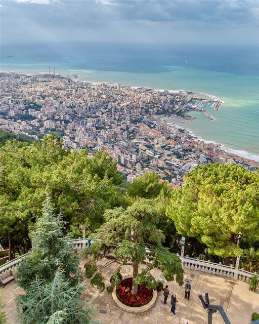 Entre Beirute e Byblos está a cidade costeira de Jounieh, que tem uma baía... (جونية - Jounieh)