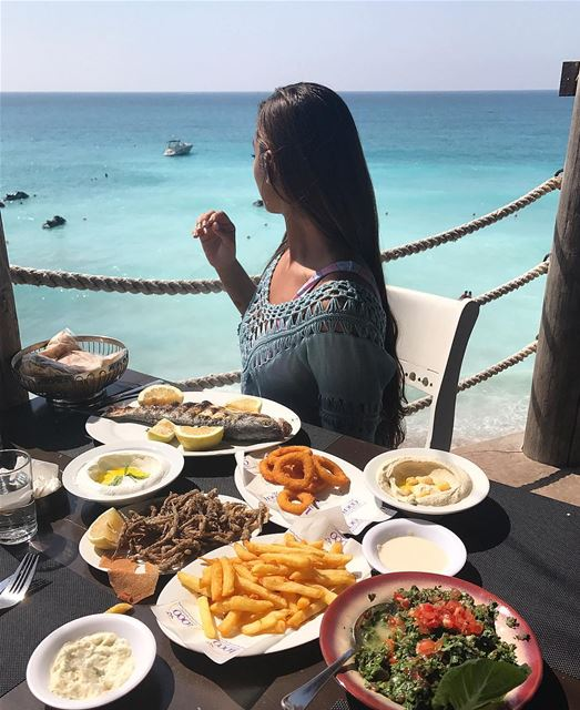 Perfect lunch spot 🌊🐟🍟 lunchwithaview ........ arabianqueen ... (Batroûn)