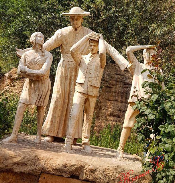 بمثل ايدي هؤلاء يتكلم اللهومن خلال عيونهم يبتسم على الارض (جبران خليل جبرا (Bcharreh, Liban-Nord, Lebanon)