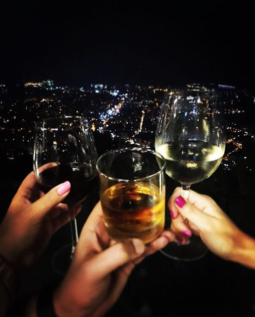 To unforgettable nights! 🥂 Cheers HappyFriday DrinksWithAView📍@theterr (Bay Lodge)