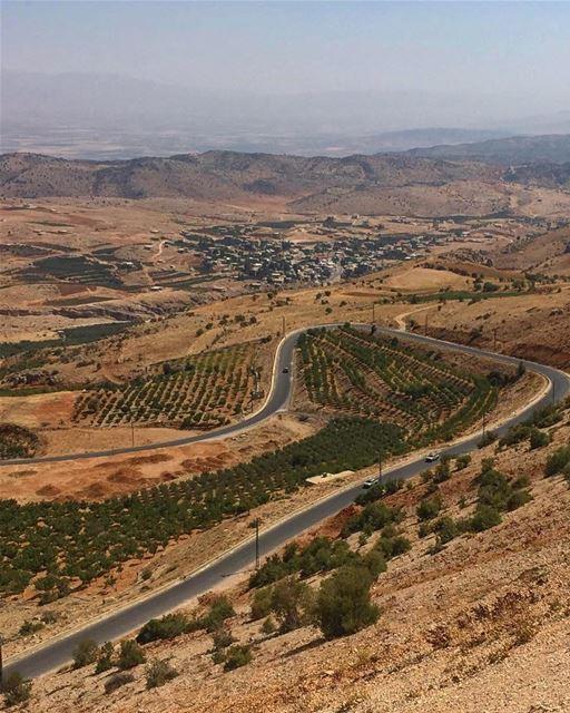 في_بلادي تعرجات الطريق نزولاً الى سهل البقاع، عيناتا اولاً lebanon ... (عَيناتا، لبنان)