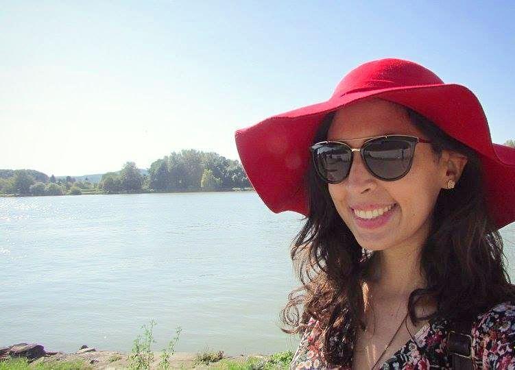 redhat selfie girl in Austria durnstein lake smile beautiful ... (Dürnstein)