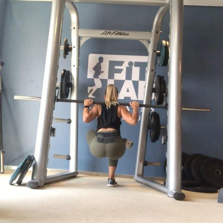 Smithmachine legday finisher, did some heavyish squats and deadlifts... (Dubai, United Arab Emirates)
